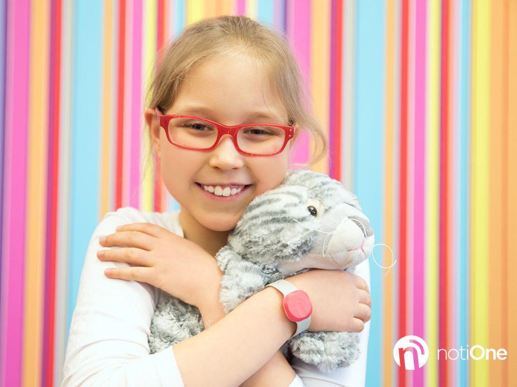 dziewczynka przytula misia, worldmaster.pl
