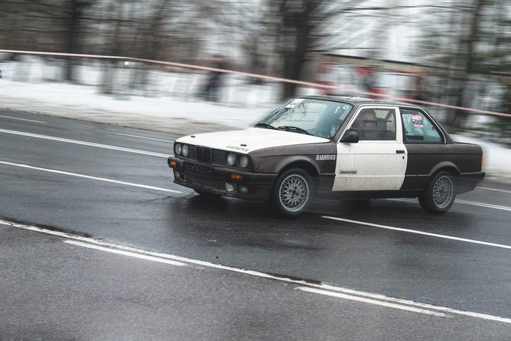 Drifting, drift, czy też inaczej pokonywanie zakrętów i palenie gumy. Czym tak na prawdę są zawody driftingowe i w jaki sposób rozwija się to w Polsce.
