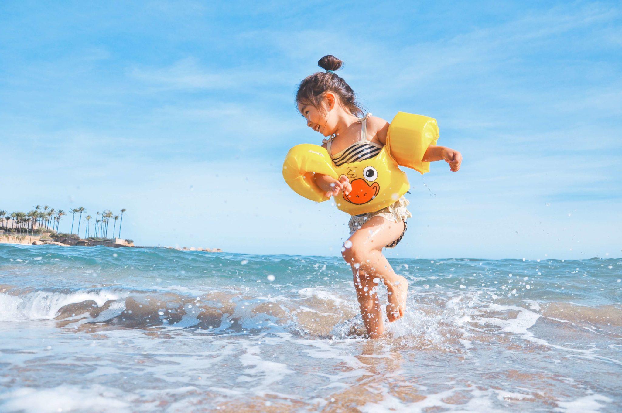 dziecko, wolność, szczęście, morze, cieszenie się chwilą, bycie dziecinnym
