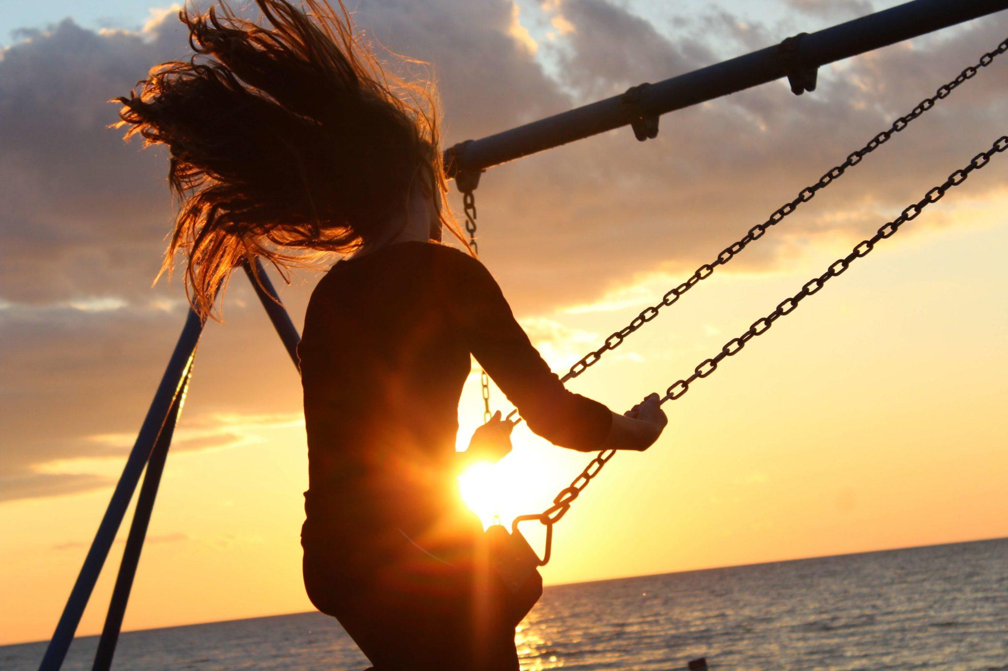 wolność, huśtawka, możliwości, szczęśliwe życie, morze, człowiek, radosny człowiek
